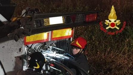 Mantova, cisterna si ribalta a Casalmoro: il delicato intervento dei vigili del fuoco