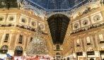 Milano, si accende l'albero di Natale in Galleria: 36mila luci e la voce di Malika Ayane