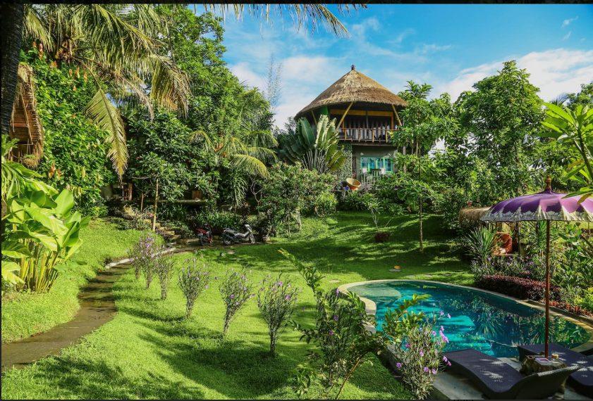 Ci si sposta a Bali. Questa capanna si trova a 3 minuti dal mare ed è immersa in un giardino di banani, bambù e palme da cocco. Made, l'host, l'ha costruita con le proprie mani e l'ha decorata con elementi naturali trovati sul luogo.