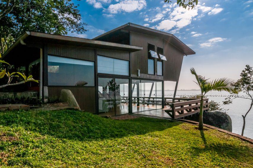 Amanti del mare, della spiaggia e del sole, la terza casa in classifica è fatta apposta per voi: si trova a Santa Catarina, uno stato a Sud del Brasile famoso per le isole e le spiagge, e gode di una vista davvero unica, con accesso diretto al mare.
