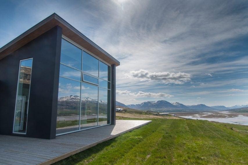 Questa villa di lusso a Akureyri, in Islanda, con le sue grandi finestre gode di una vista unica sulle montagne innevate, in un ambiente di design e dotato di tutti i comfort.