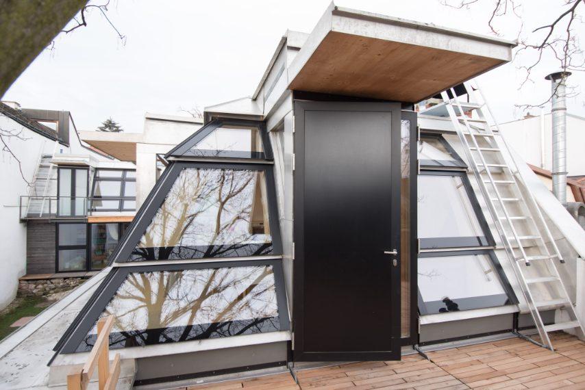 La casa di Clara è il posto perfetto in cui rifugiarsi dopo una giornata nella frenesia urbana: dai toni chiari e realizzata internamente in vetro e legno, si trova nel cuore di Vienna e è al primo posto della classifica delle case Airbnb più desiderate dagli italiani.
