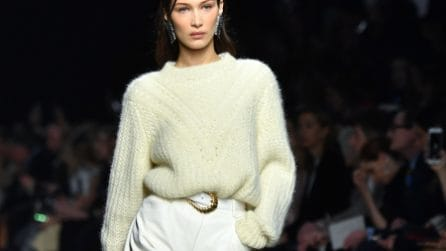 Tendenze inverno 2020: i maglioni si indossano nei pantaloni e nelle gonne