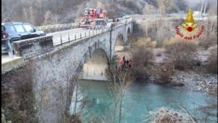 Parma, auto sfonda balaustra di un ponte e finisce nel Taro: un morto