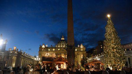 Roma, la magia del Natale in piazza San Pietro: il presepe e l'albero