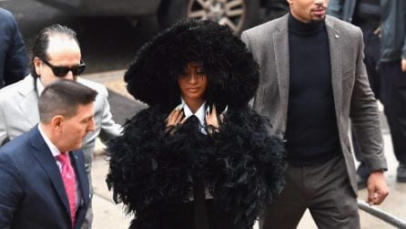 Cardi B si presenta in tribunali con il maxi cappotto di piume