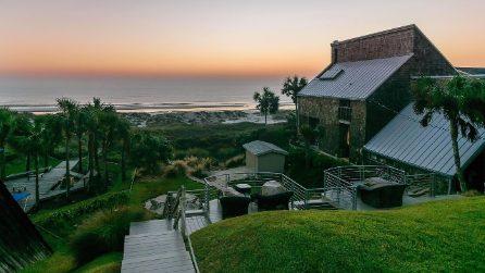Dalla strada sembra solo una collina verde ma nasconde una casa con vista sull'oceano