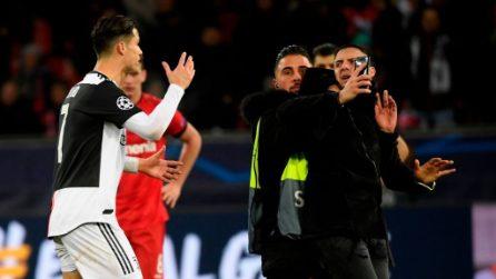 Cristiano Ronaldo afferrato per il collo da un tifoso che voleva un selfie