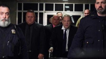 Le foto di Harvey Weinstein con il deambulatore