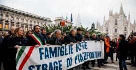 Milano, il corteo a 50 anni dalla strage di piazza Fontana: alle 16.37 in migliaia in silenzio