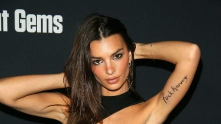 Emily Ratajkowski col tatuaggio contro le molestie