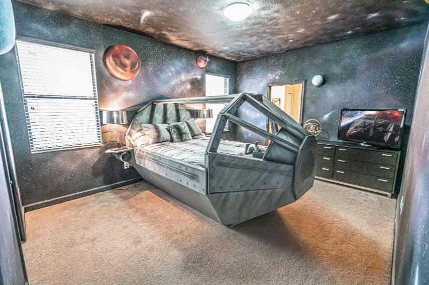 """Questa villa ha 9 camere da letto, tutte con un'ambientazione differente ma sempre """"spaziale""""!"""