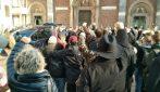 Milano, folla e musica ai funerali di Piero Rattazzo: pugni chiusi per il barista del Ticinese