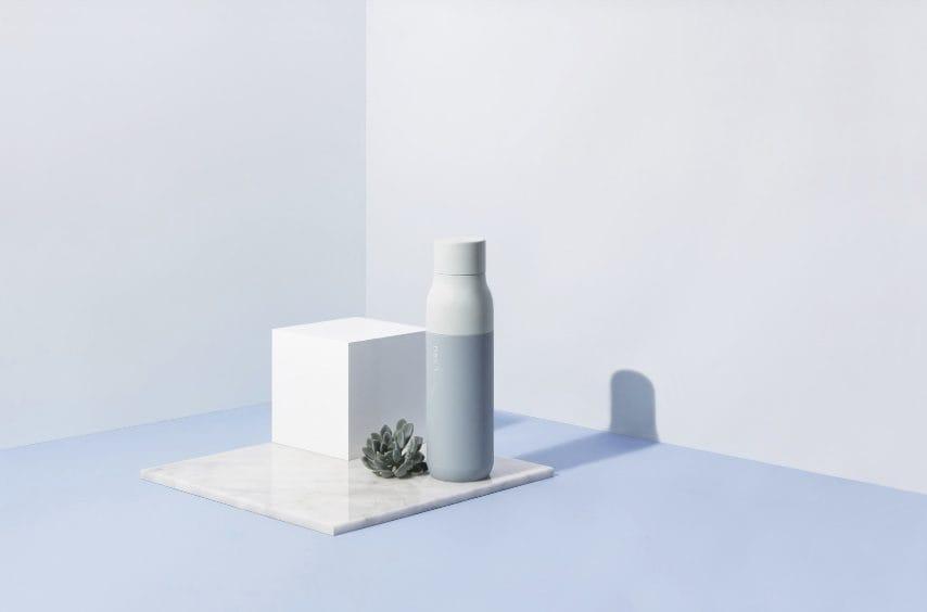 LARQ è la bottiglia che si pulisce da sola con la luce UV. Ideale per le persone attente all'igiene, LARQ contiene un LED nel coperchio che trasmette la luce UV-C nell'intervallo di 280 nanometri, lo stesso usato per sterilizzare le superfici negli ospedali.