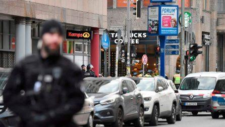 Berlino, spari vicino Checkpoint Charlie: caccia a un uomo che ha rapinato uno Starbucks