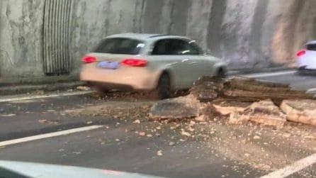 Genova, crolla soffitto della galleria dell'A26: macerie in autostrada