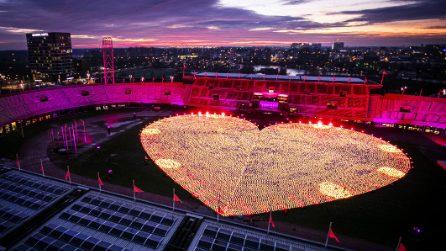 Amsterdam, lo stadio si illumina contro il cancro: migliaia di lanterne a forma di cuore