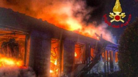 Desio, incendio in capannone a Capodanno: vigile del fuoco rimane ferito dal crollo di un cornicione