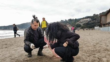 Piero Pelù pulisce la spiaggia della Feniglia con Legambiente e WWF