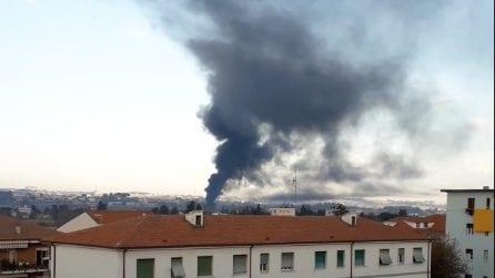Incendio a Villanova di Cepagatti: danni alla ditta Isobit che lavora materiale plastico