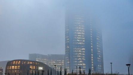 A Milano è tornata la scighera: i grattacieli di Porta Nuova avvolti dalla nebbia