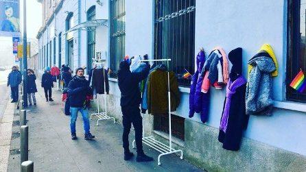 A Milano il Muro della Gentilezza, dove donare a chi ne ha più bisogno