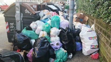 Emergenza rifiuti a Roma: da nord a sud strade e marciapiedi invasi dalla spazzatura
