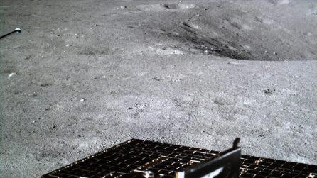 """Le immagini inedite del lato """"oscuro"""" della Luna scattate dalla Cina"""