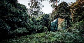 Il bagno che si mimetizza nella natura con vista a 360° sul paesaggio