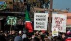 Rifiuti: bara, croce e carro funebre. I cittadini celebrano il funerale di Monte Carnevale