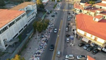 Napoli piena di rifiuti: cumuli di immondizia a Secondigliano
