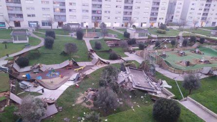 Spagna, parco giochi collassa su un parcheggio