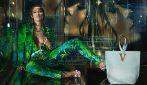 詹妮弗·洛佩兹(Jennifer Lopez)和肯德尔·詹纳(Kendall Jenner)是范思哲的见证