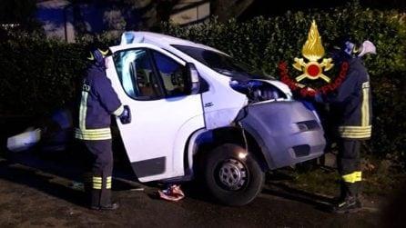 Tremendo schianto a Montebelluna, furgone si spezza in due