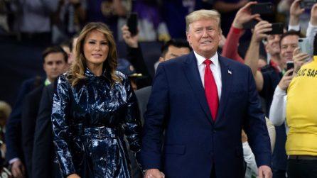Melania Trump, il trench griffato è blu o nero?