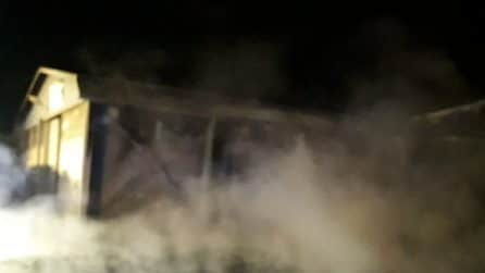 San Cesareo (Roma): due capannoni di un'azienda agricola distrutti dalle fiamme