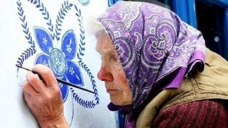 Ha trasformato il suo villaggio dipingendo su tutte le case e ha lasciato un ricordo indelebile
