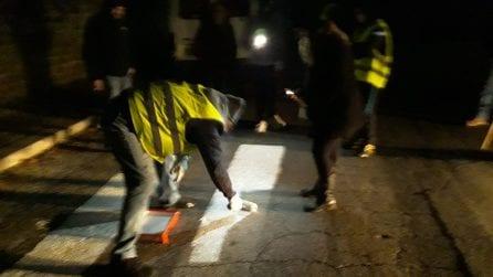 """A San Basilio gli abitanti rifanno da soli le strisce pedonali: """"Abbandonati dalle istituzioni"""""""