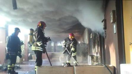 Incendio in appartamento a Cinecittà: vigili del fuoco salvano residenti intrappolati in balcone