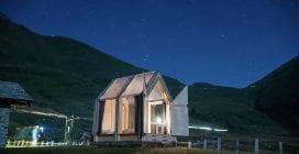 Dormire sotto le stelle nel rifugio trasparente per il glamping