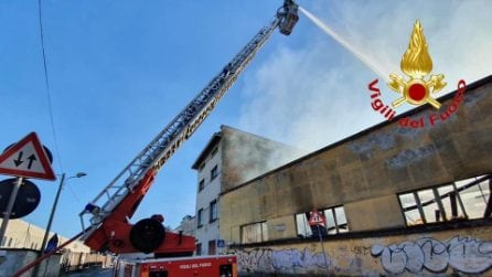 Incendio in un capannone a Monza: colonna di fumo nero, evacuata una scuola media