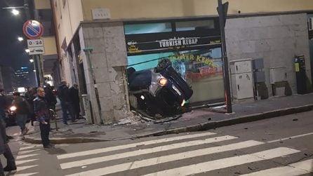 Milano, auto esce di strada e si schianta contro negozio di kebab, morto guidatore
