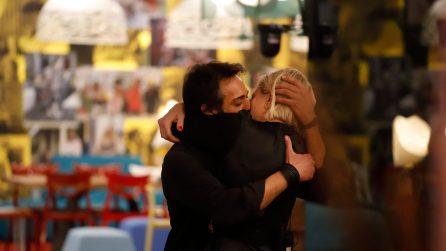 Antonella Elia e il bacio passionale con Pietro Delle Piane, effetto Joker immediato