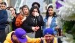 Morte Kobe Bryant, centinaia di tifosi piangono per la scomparsa del Black Mamba a Los Angeles