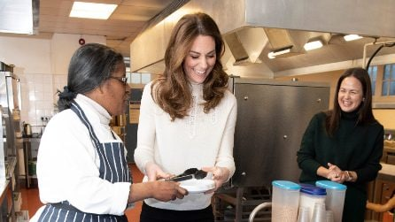 Kate Middleton serve la colazione in jeans skinny e stivali bassi