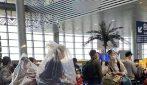Coronavirus, in Cina persone con buste di plastica in testa per mancanza di mascherine