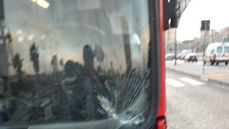 Maltempo a Napoli, il bidone vola a causa del vento e colpisce un autobus