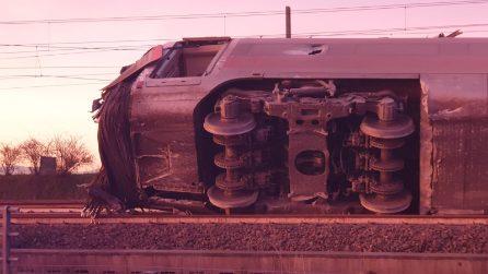 Lodi, treno deragliato a 290 km orari: le drammatiche immagini del Frecciarossa distrutto