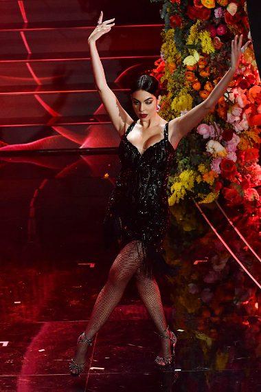 Per ballare il tango di Roxanne Georgina indossa un mini abito luccicante
