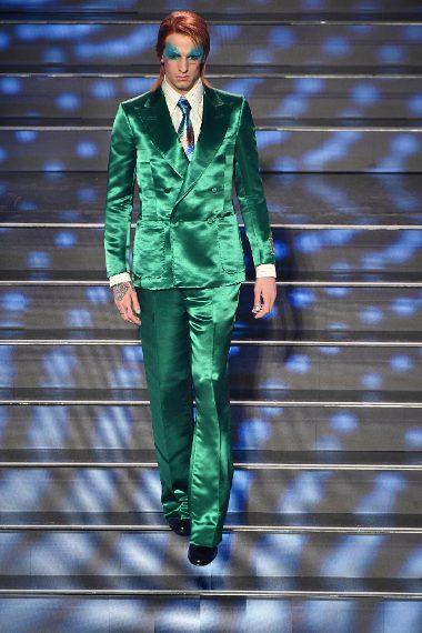 Lauro vestito da David Bowie sul palco